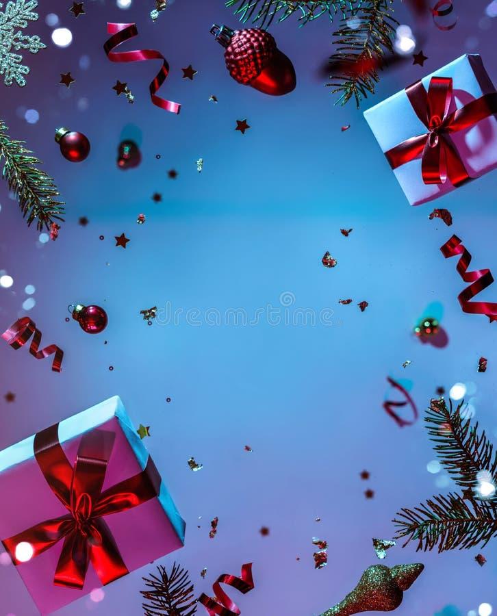 Joyeux Noël et Nouvel An Carte de vacances de Noël faite de décorations volantes, branches de sapins, boules, flocons de neige, é images stock
