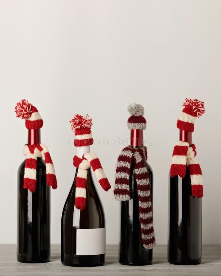 Joyeux Noël et une bonne année ! Bouteilles de vin dans un knitt photos stock