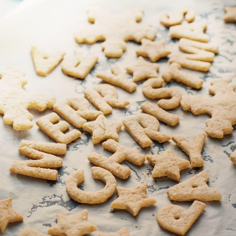 Joyeux Noël Ginger Cookies sur un plateau de cuisson photos stock