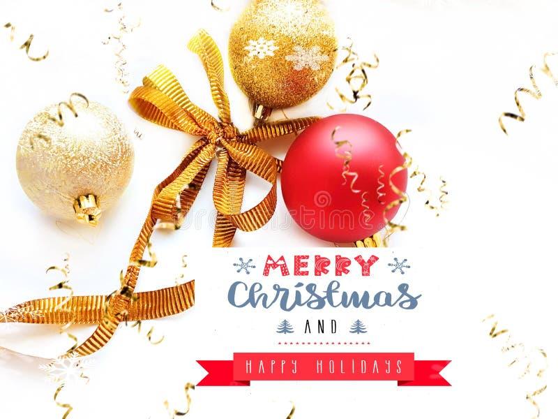 Joyeux Noël voeux carte de voeux, argent rouge et boule d'or sur fond blanc avec les meilleures citations Saison de texte exempla photos libres de droits