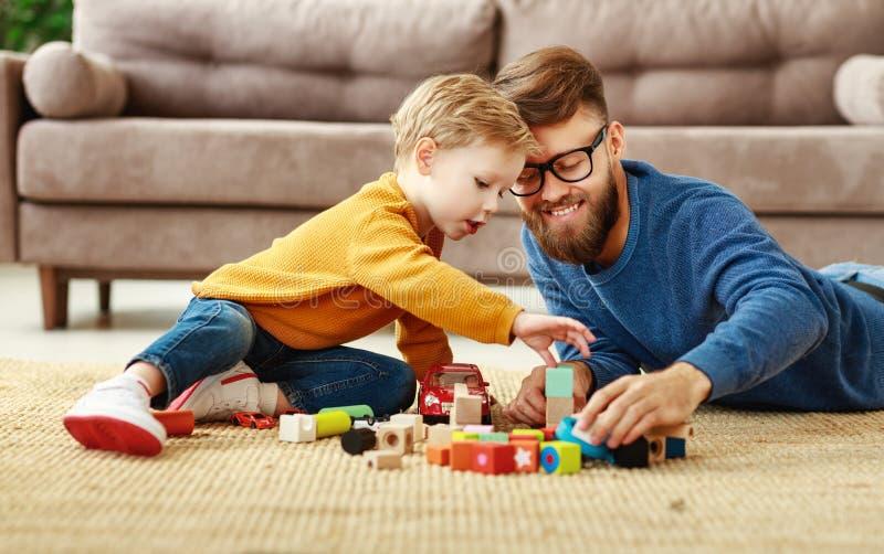 Joyeux père et enfant jouant avec des jouets à la maison photos libres de droits