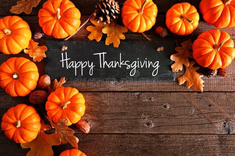 Joyeux panneau en damier de Thanksgiving avec coin de citrouilles et feuilles au-dessus du bois rustique images stock