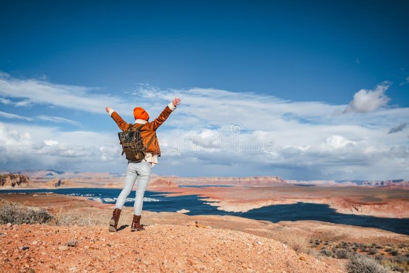 Joyeux randonneur au bord du canyon images libres de droits