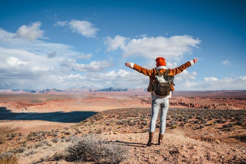Joyeux randonneur dans le désert photos stock