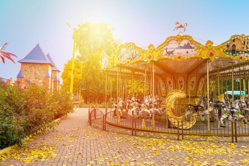Joyeux-rond-vont le carrousel de cheval en parc d'automne Esprit de paysage de chute photo stock