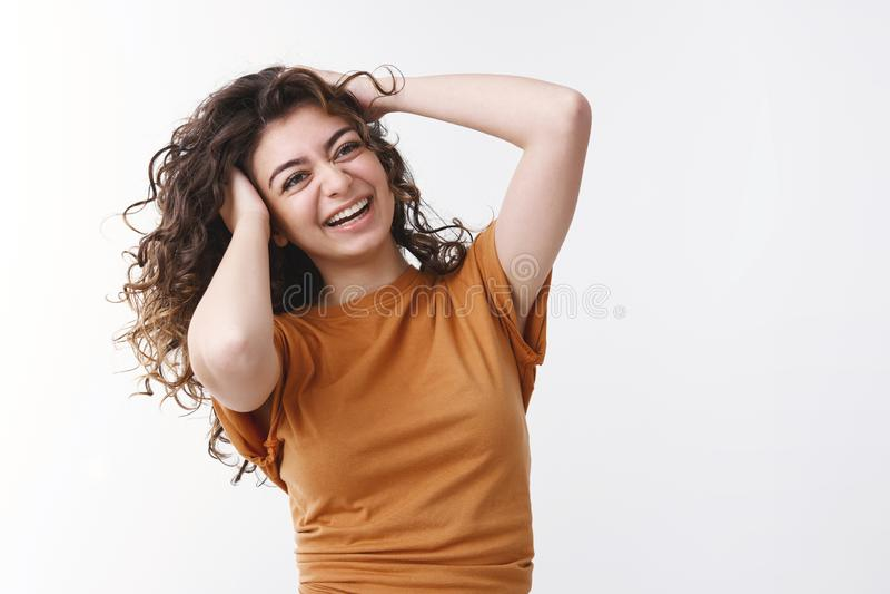 Joyful charismatic sorridendo ragazza caucasica fortunata, di colore nero, che trema la testa, che ride allegramente fotografia stock libera da diritti