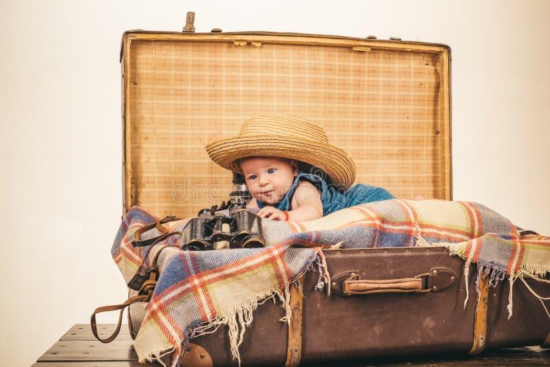 joyful mood familj Barnavård Liten flicka i resväska Resa och affärsföretag Stående av det lyckliga lilla barnet arkivbilder
