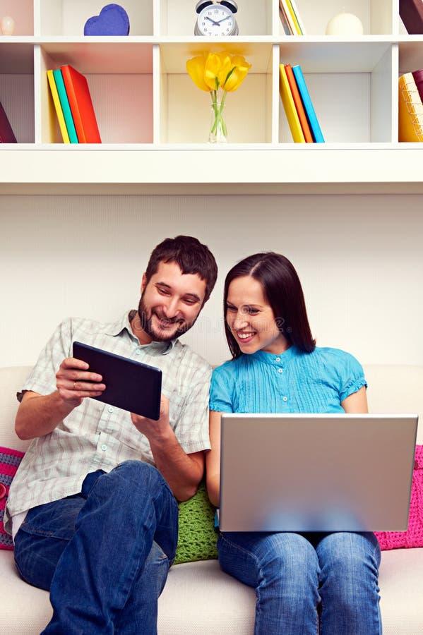 Man en vrouw die tabletPC bekijken stock afbeelding