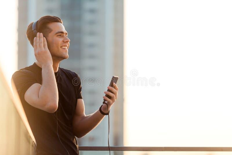 Joyous mens die aan muziek luisteren stock foto's