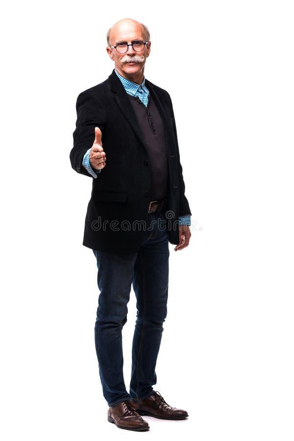 Joyous zakenman die zijn hand uitbreiden, keurt de overeenkomst op wit goed stock foto's