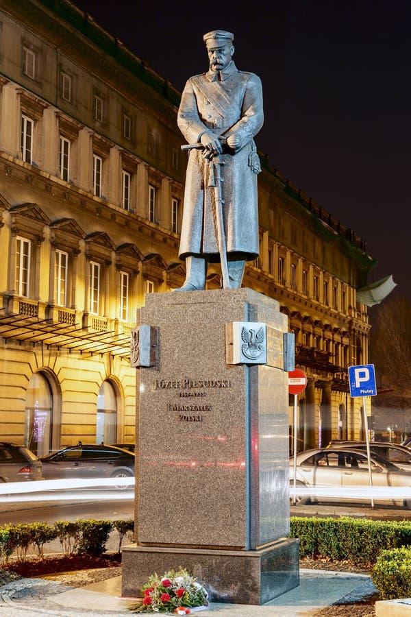 Jozef Pilsudski Monument nachts in Warschau lizenzfreie stockbilder