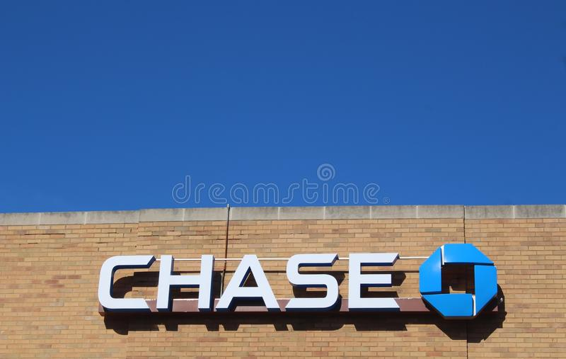 JP Morgan Chase Bank Logo Against een Blauwe Hemel royalty-vrije stock foto's