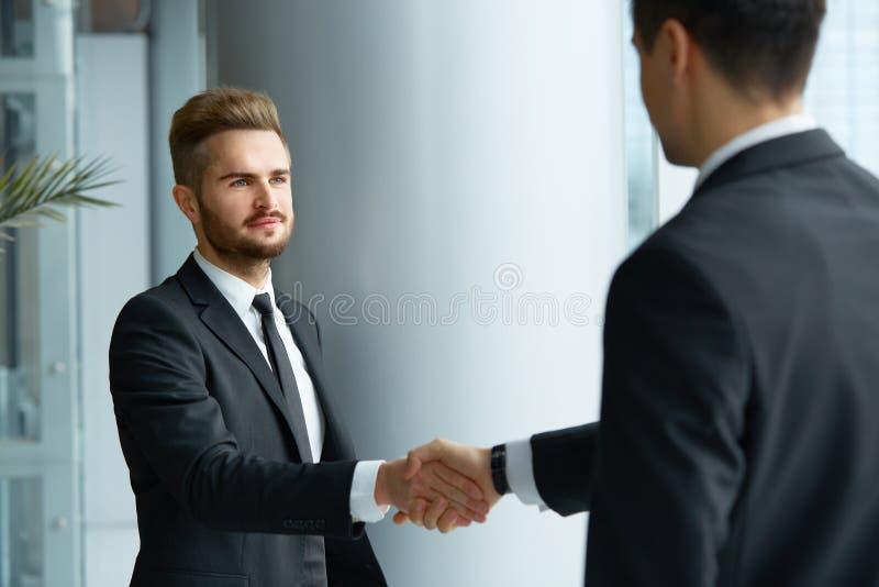 JPG + vektorabbildung Erfolgreicher Teilhaber, der Hände im Th rüttelt stockfoto
