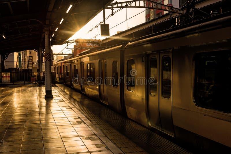 JR.-Zugplattform Tokyos lokale bei Sonnenuntergang lizenzfreie stockfotografie