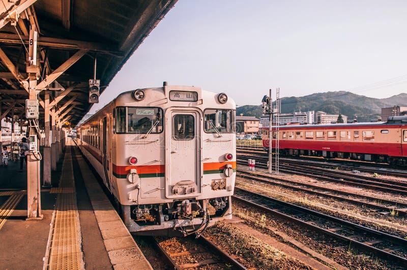JRTakayama linje lokalt drev - klassiskt tappningdrev på Japan tr royaltyfria foton