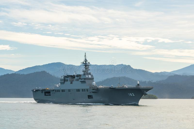 JS艾斯,日本海上自卫队Hyuga班的直升机驱逐舰在Padang港口航行 免版税库存图片