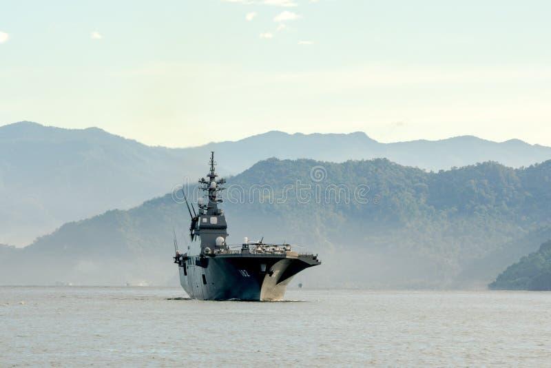 JS艾斯,日本海上自卫队Hyuga班的直升机驱逐舰在Padang港口航行 库存照片