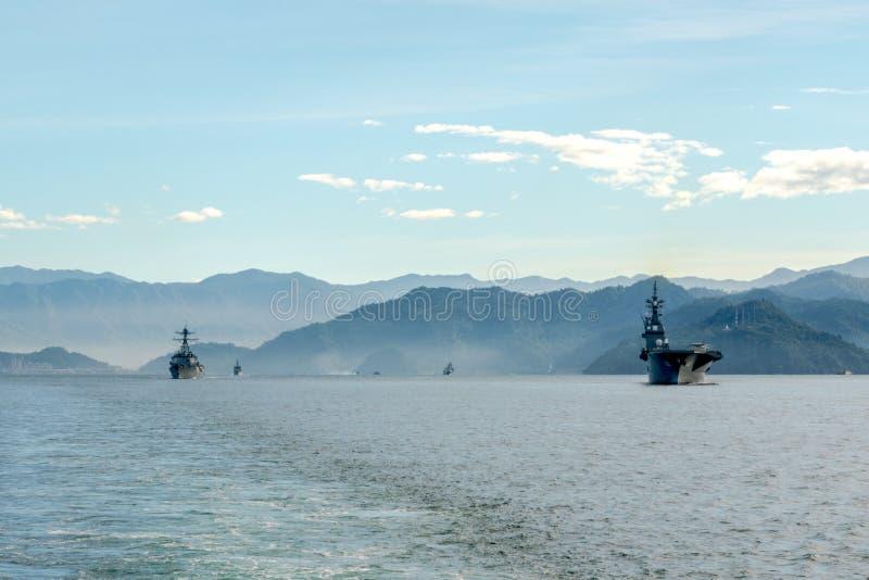 JS艾斯,日本海上自卫队Hyuga班的直升机驱逐舰在Padang港口航行 库存图片