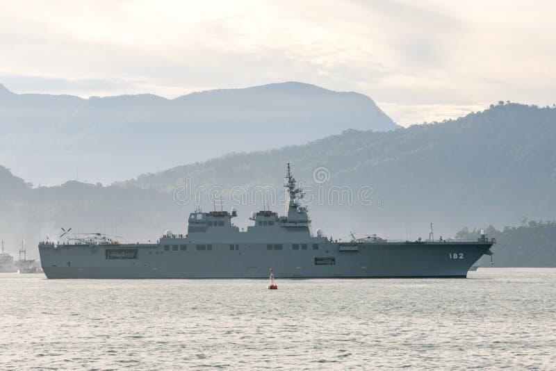 JS Ise, καταστροφέας ελικοπτέρων hyuga-κατηγορίας των θαλάσσιων πανιών Δύναμης Αυτοάμυνας της Ιαπωνίας στο λιμάνι Padang στοκ φωτογραφία με δικαίωμα ελεύθερης χρήσης