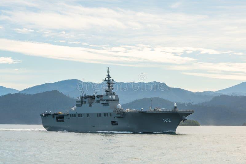 JS Ise, destructor del helicóptero de la Hyuga-clase de la fuerza de autodefensa marítima de Japón navega en el puerto de Padang imagen de archivo libre de regalías