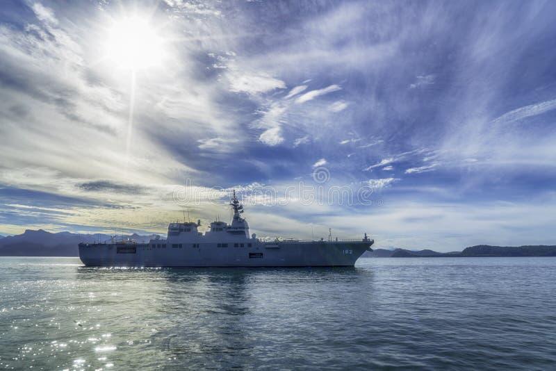 JS Ise, destructor del helicóptero de la Hyuga-clase de la fuerza de autodefensa marítima de Japón navega en el puerto de Padang fotografía de archivo libre de regalías