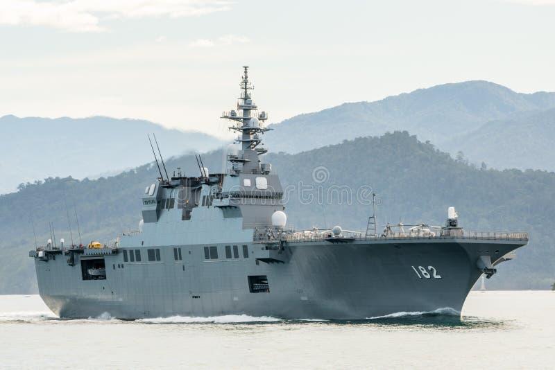 JS Ise, destructor del helicóptero de la Hyuga-clase de la fuerza de autodefensa marítima de Japón navega en el puerto de Padang fotos de archivo