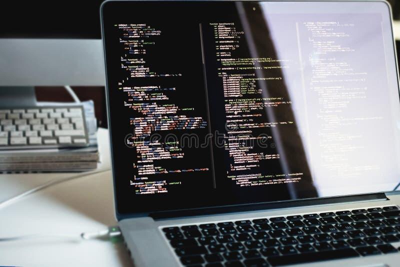 Js kod på bärbar datorskärmen, rengöringsdukutveckling fotografering för bildbyråer