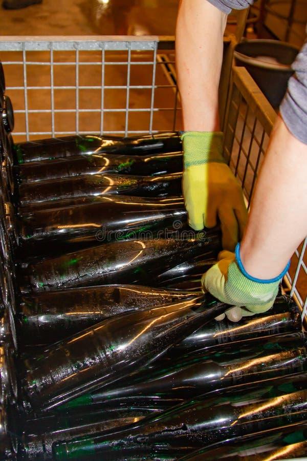Już wypełniać butelki wino umieszczają w zredukowanego zbiornika obraz stock