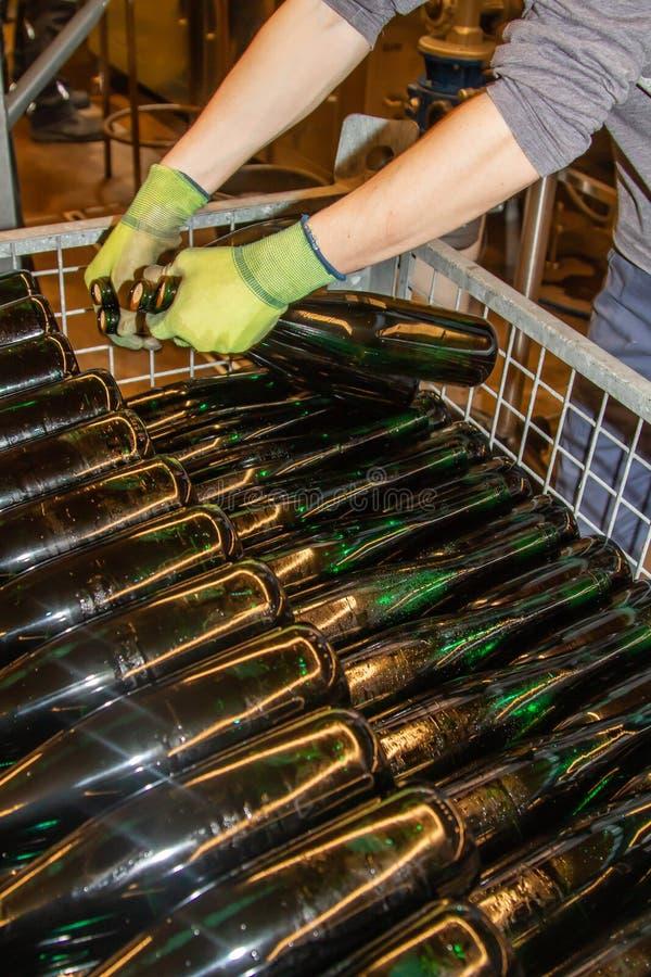 Już wypełniać butelki wino umieszczają w zredukowanego zbiornika zdjęcie royalty free