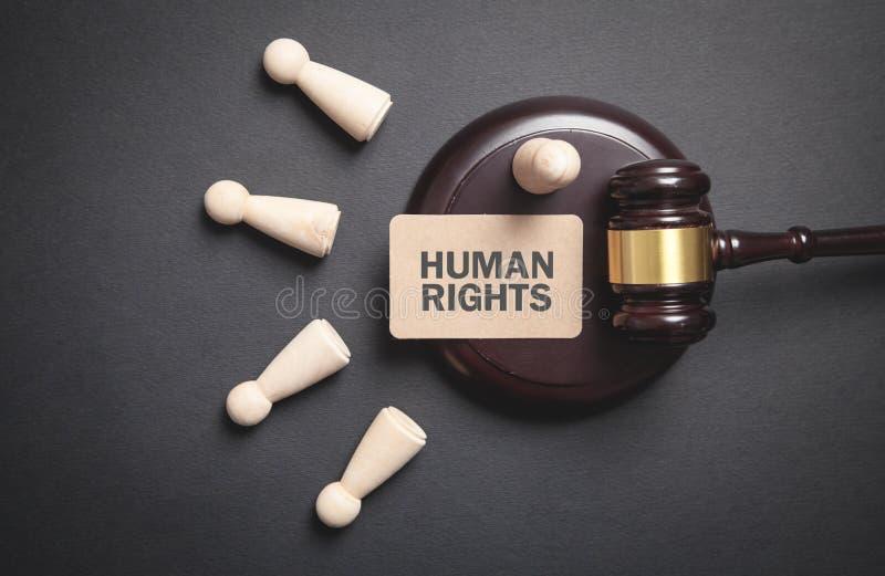 Juíza gavel com figuras humanas de madeira Direitos do Homem fotografia de stock