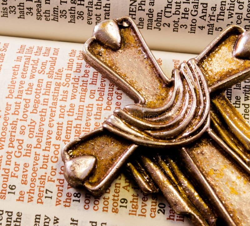Juan 3; 16 con la cruz del metal fotografía de archivo