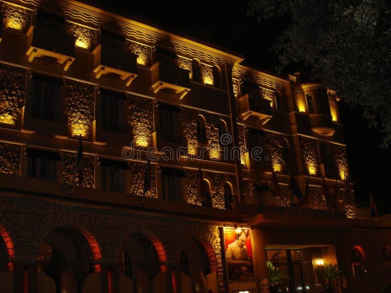 Juan lesben, Frankrike: Det främre partiet av skönheter Rives hotellet i nattbelysningen från boulevardEdouar Bod royaltyfri foto
