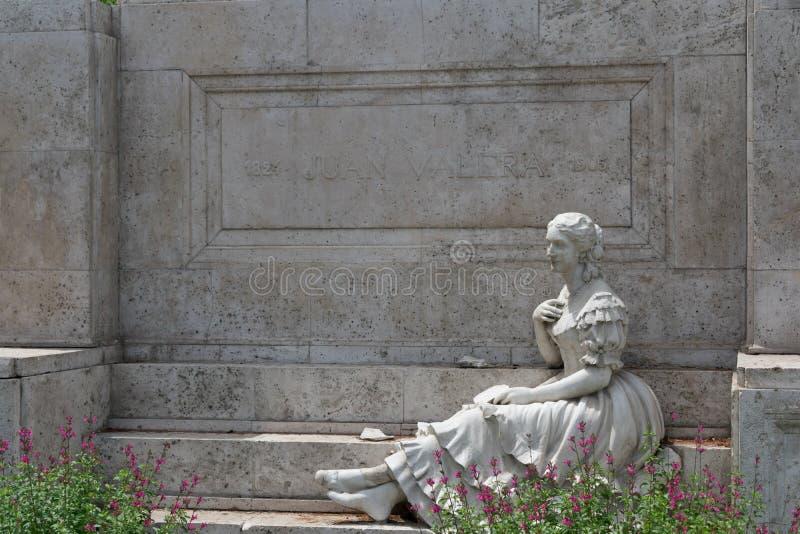 Juan Valera-Monument in Madrid mit Steinskulptur der Frau stockfotos