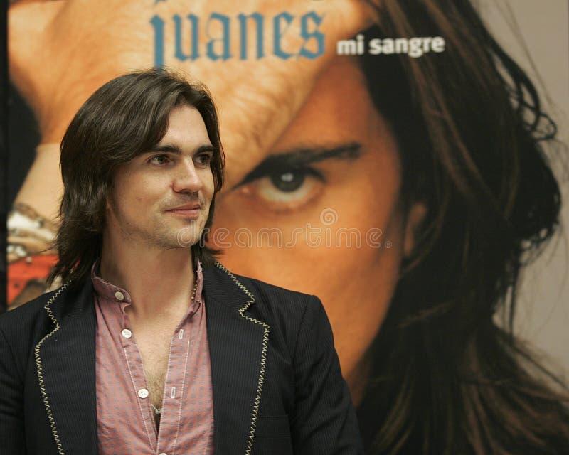 Juanes führt im Konzert durch stockbild