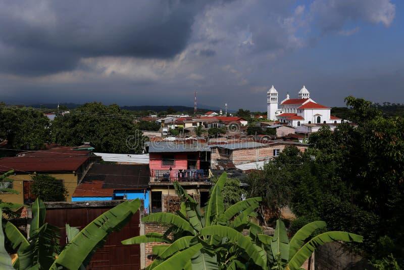 Juayua, El Salvador - een typisch Dorp Van Centraal-Amerika in Juayua, El Salvador op Juni, 2015 stock fotografie