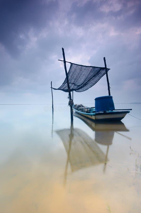 Jubakarstrand bij kelantan tumpat, de vissersboot van Maleisië A geparkeerd en klaar om in seate werken in kelantan stock afbeeldingen