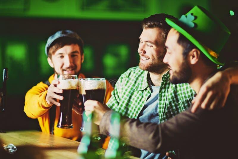 Jubel till irländskt öl! fotografering för bildbyråer