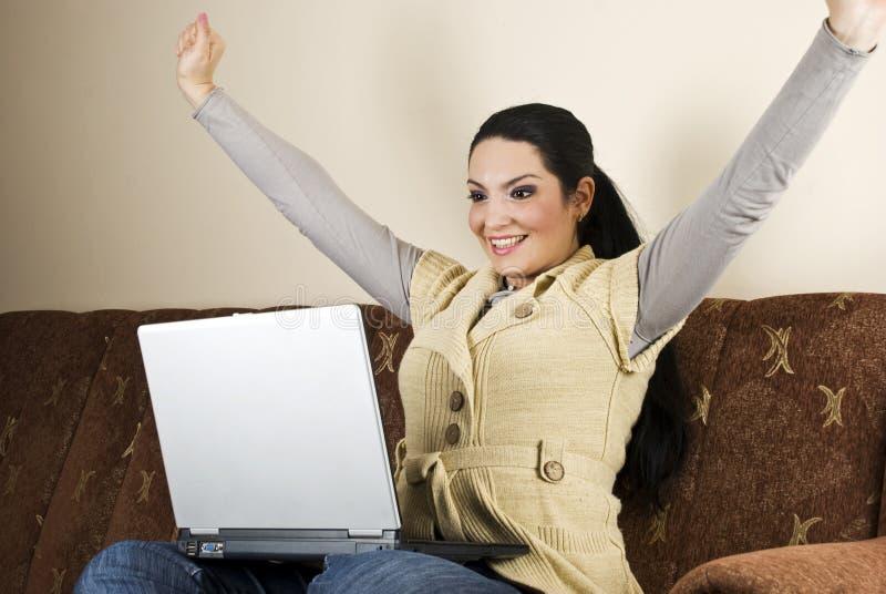Jubelnde Frau mit Erfolg lizenzfreie stockfotografie