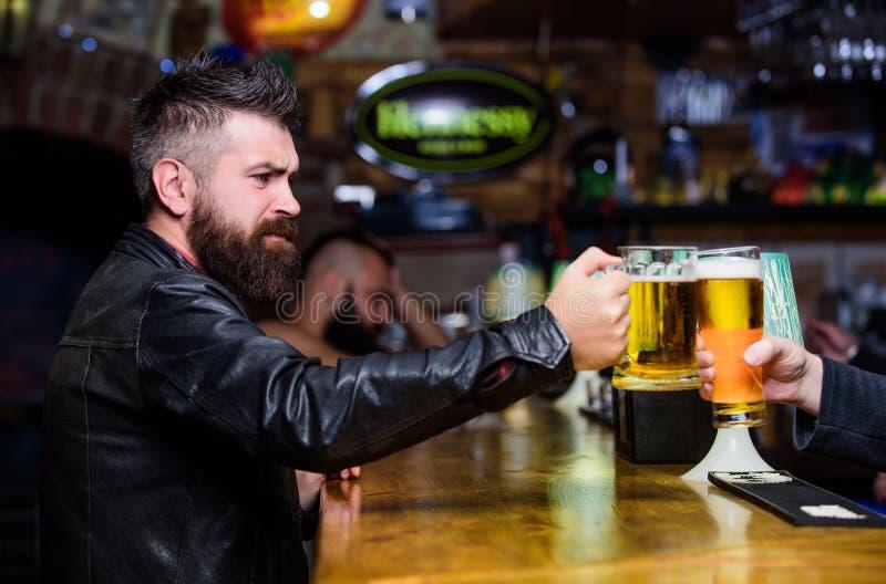 Jubelt Konzept zu Mannhippie-Griffbecher gef?llt mit kaltem geschmackvollem Bier in der Bar Freitag-Freizeittradition Bierkrüge a lizenzfreies stockfoto