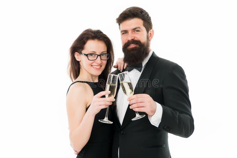 Jubelt Konzept zu Verbinden Sie noble Kleidung, weißen Hintergrund des Champagners zu trinken Elegante Abnutzungs-Smokingsmädchen stockbild