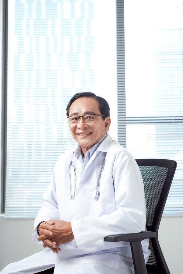 Jubilado confiado como doctor competente imagen de archivo libre de regalías