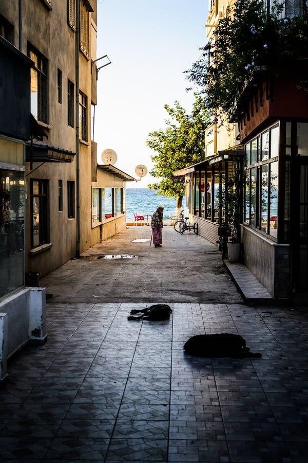 Jubilado en ciudad turca de la playa imagen de archivo libre de regalías