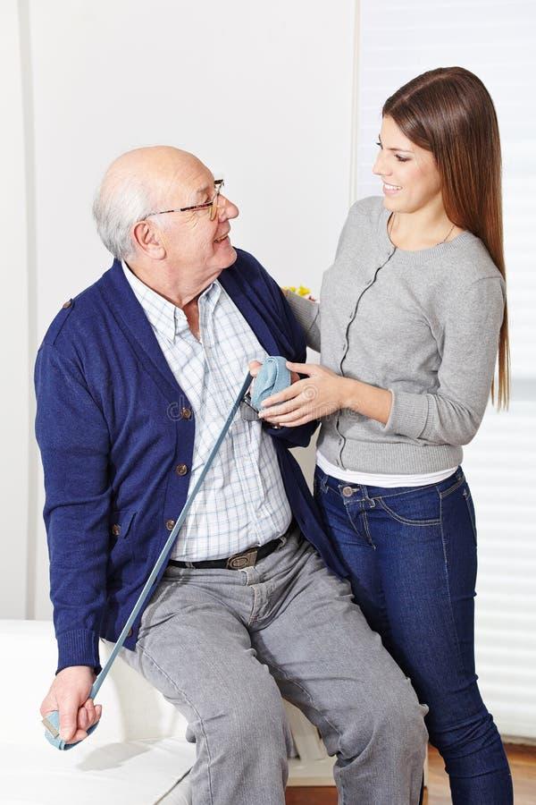 Jubilado en la fisioterapia imagenes de archivo