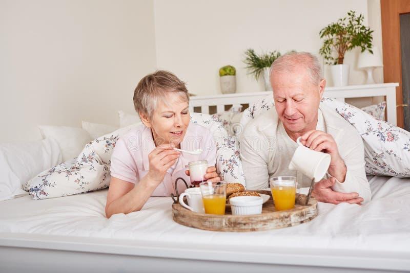 Jubilados que desayunan en cama fotos de archivo