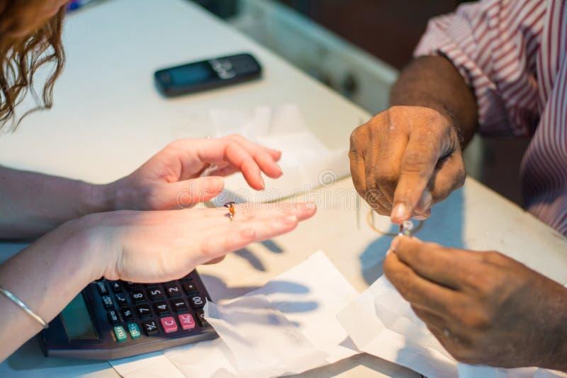 Jubiler i kobieta dyskutuje cenę pierścionek w jewellery sklepie fotografia stock