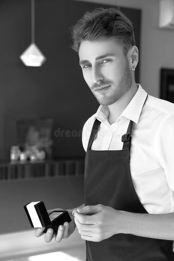 Jubilera mężczyzna trzyma pudełko z pierścionkiem czarny white zdjęcie stock