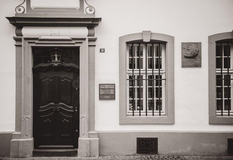 Jubileums- platta på fasaden av det Karl Marx huset royaltyfri fotografi