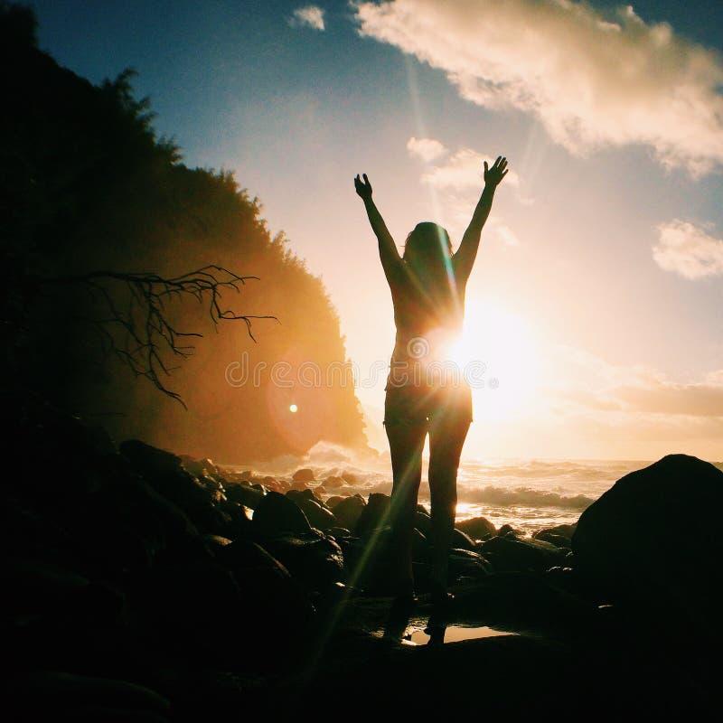Jublande kvinna på den steniga stranden royaltyfria foton