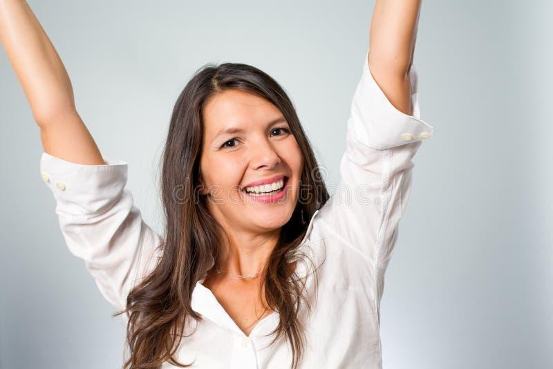 Jublande ung kvinna som hurrar hennes framgång royaltyfri bild