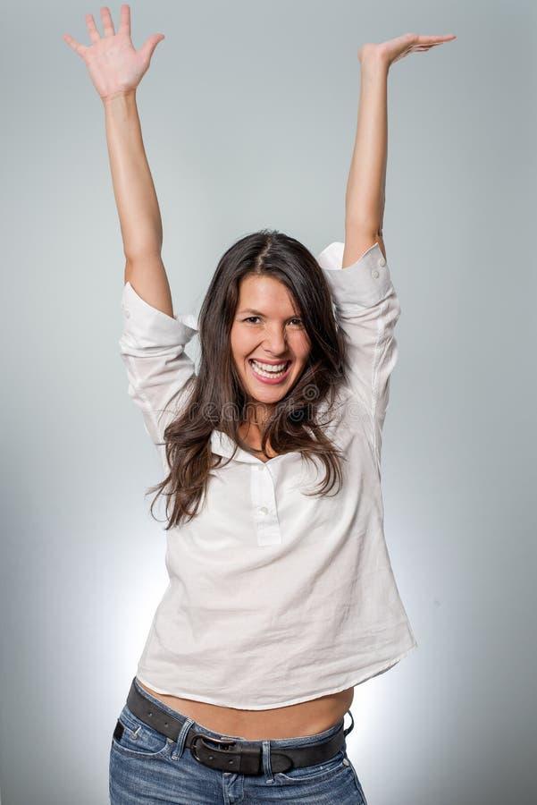 Jublande ung kvinna som hurrar hennes framgång royaltyfri foto